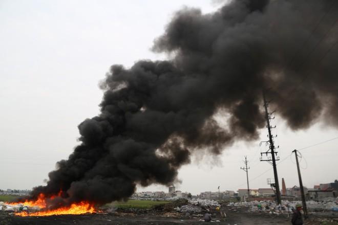 Ám ảnh bãi phế liệu kín cả cánh đồng tại nơi xảy ra vụ nổ ở Bắc Ninh - Ảnh 5.