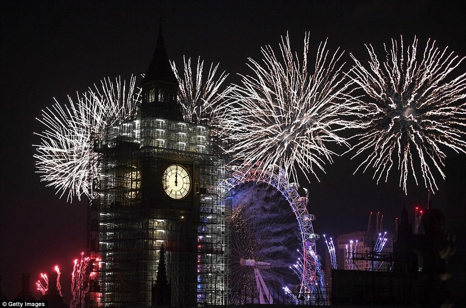 Chùm ảnh: Năm mới 2018 hân hoan trên toàn châu Âu, bầu trời London, Paris ngập tràn pháo hoa rực rỡ - Ảnh 13.