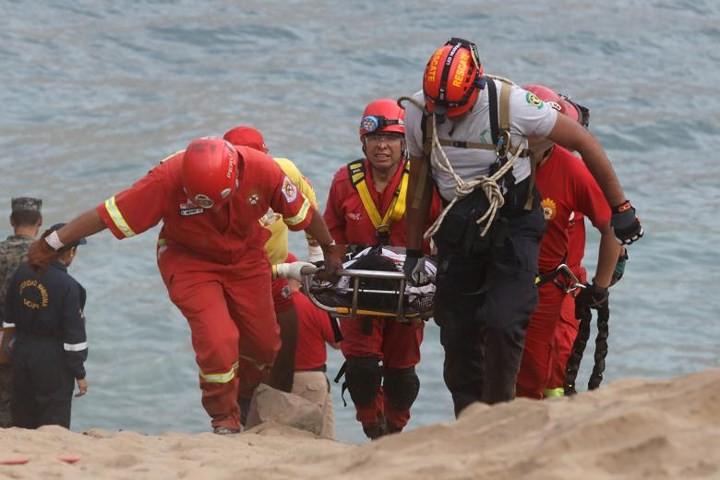 Ảnh: Gian nan cứu hộ chiếc xe bus lao xuống vực sâu cạnh biển ở Peru - Ảnh 6.
