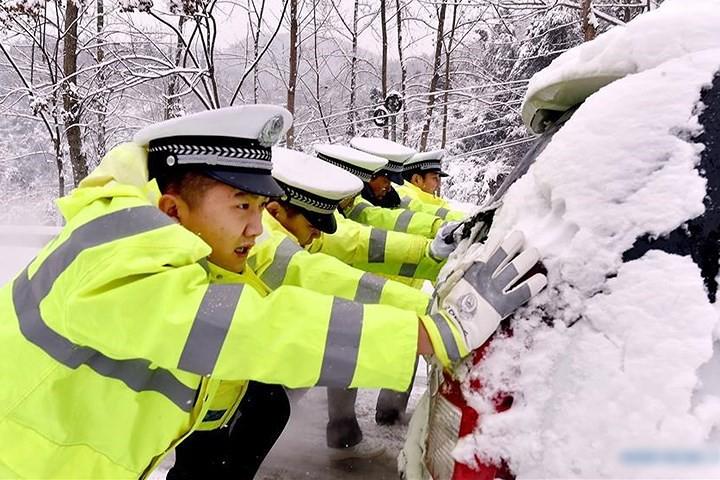 Ảnh: Trung Quốc chống chọi với tuyết lạnh rơi dày cản trở giao thông - Ảnh 6.