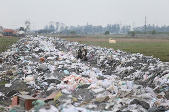 Ám ảnh bãi phế liệu kín cả cánh đồng tại nơi xảy ra vụ nổ ở Bắc Ninh - Ảnh 6.