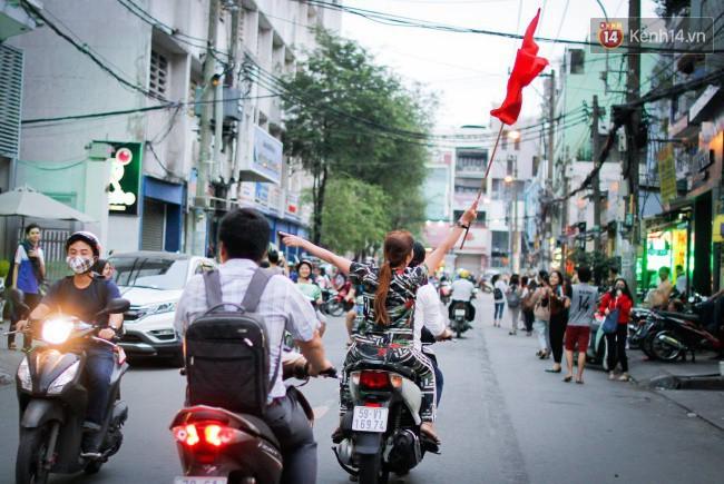 """Một đêm """"vui quên Tết"""" bởi U23 Việt Nam: Hôm nay ra đường, ai cũng dễ thương! - Ảnh 6."""