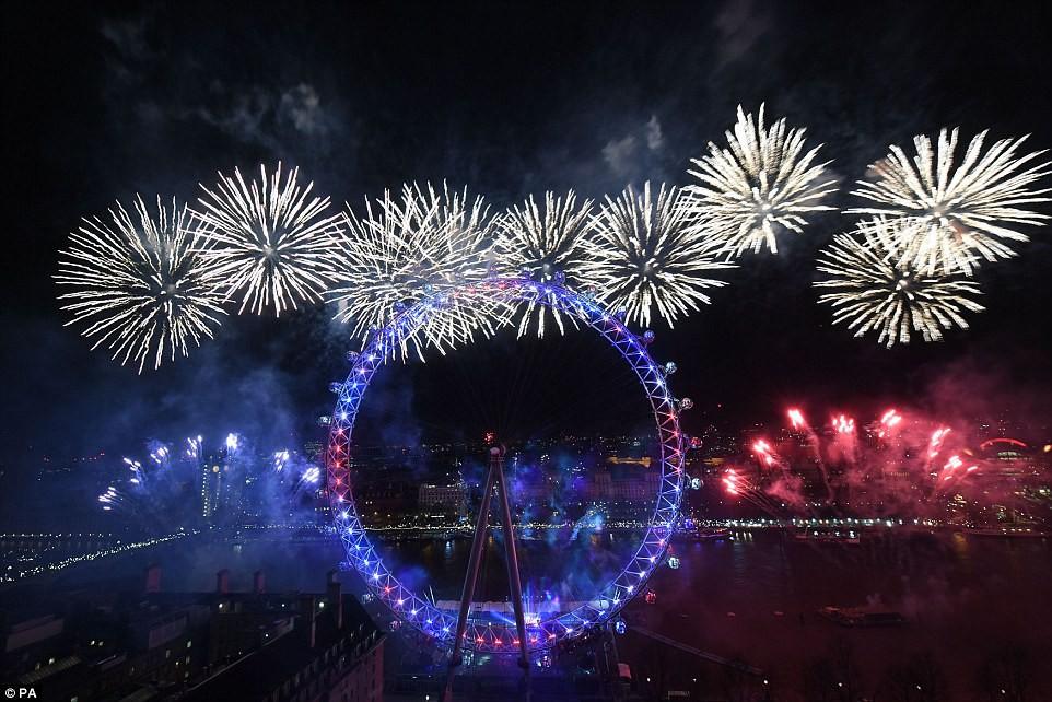 Chùm ảnh: Năm mới 2018 hân hoan trên toàn châu Âu, bầu trời London, Paris ngập tràn pháo hoa rực rỡ - Ảnh 7.