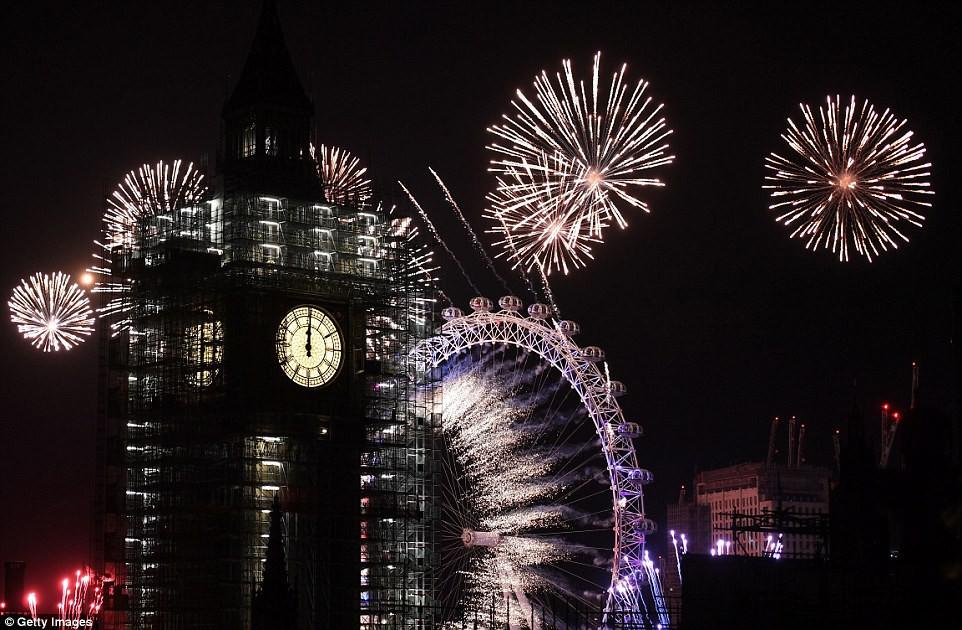 Chùm ảnh: Năm mới 2018 hân hoan trên toàn châu Âu, bầu trời London, Paris ngập tràn pháo hoa rực rỡ - Ảnh 14.