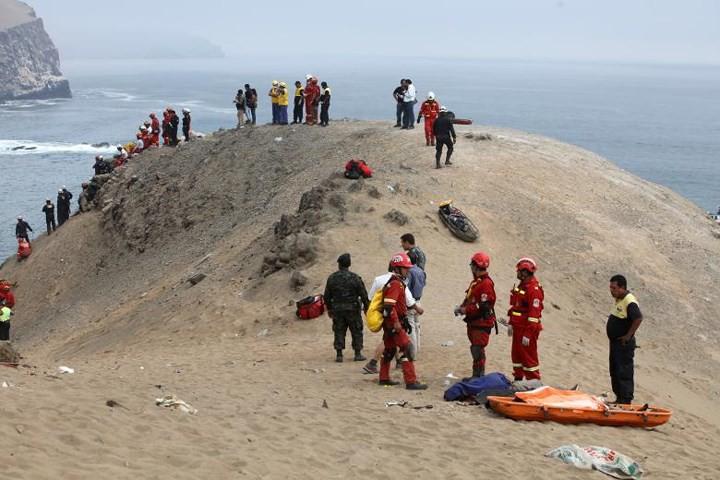Ảnh: Gian nan cứu hộ chiếc xe bus lao xuống vực sâu cạnh biển ở Peru - Ảnh 7.