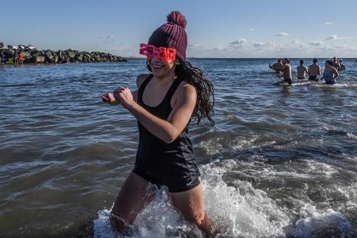 Ảnh: Màn tắm nước lạnh rùng người đầu năm mới ở hàng loạt nước Âu-Mỹ - Ảnh 7.