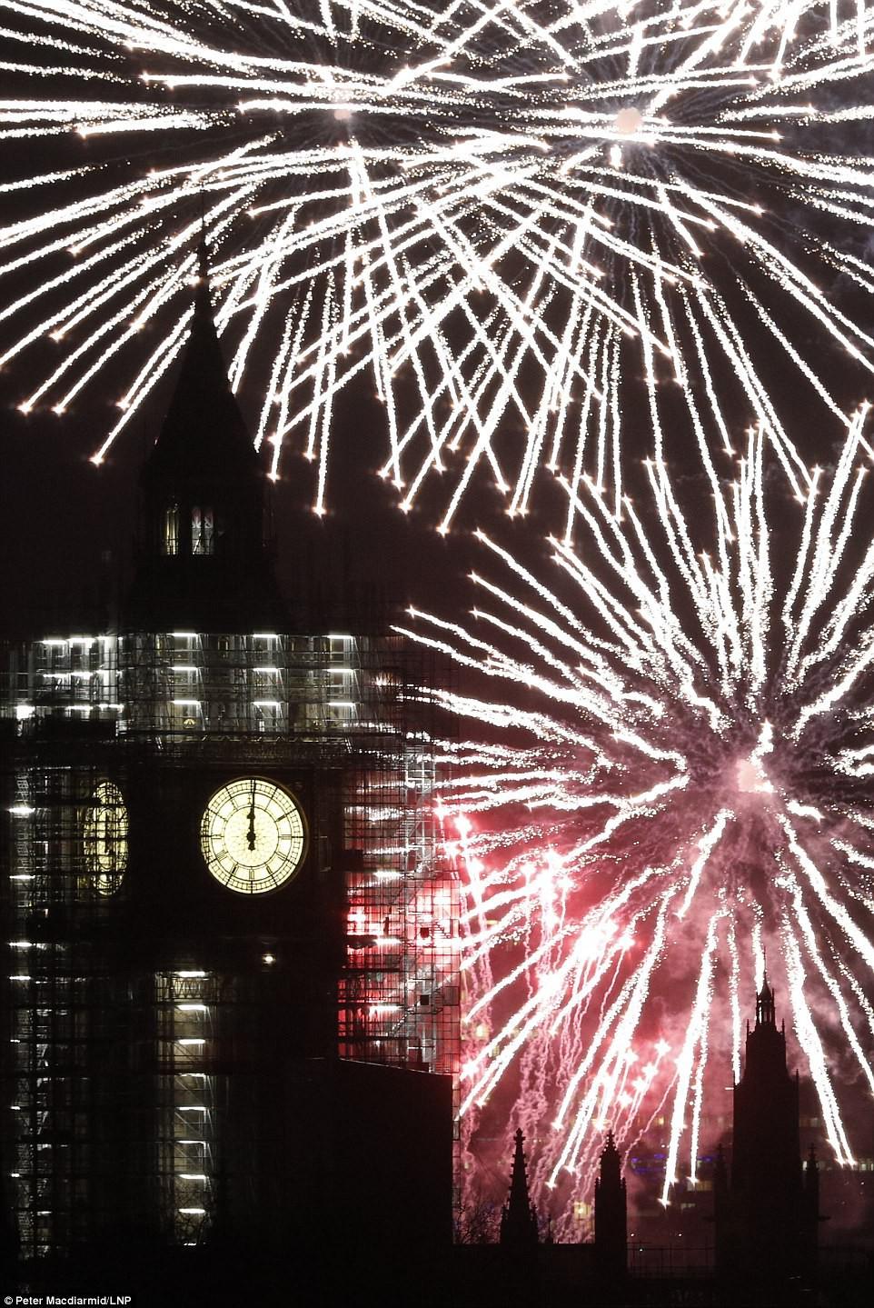 Chùm ảnh: Năm mới 2018 hân hoan trên toàn châu Âu, bầu trời London, Paris ngập tràn pháo hoa rực rỡ - Ảnh 15.