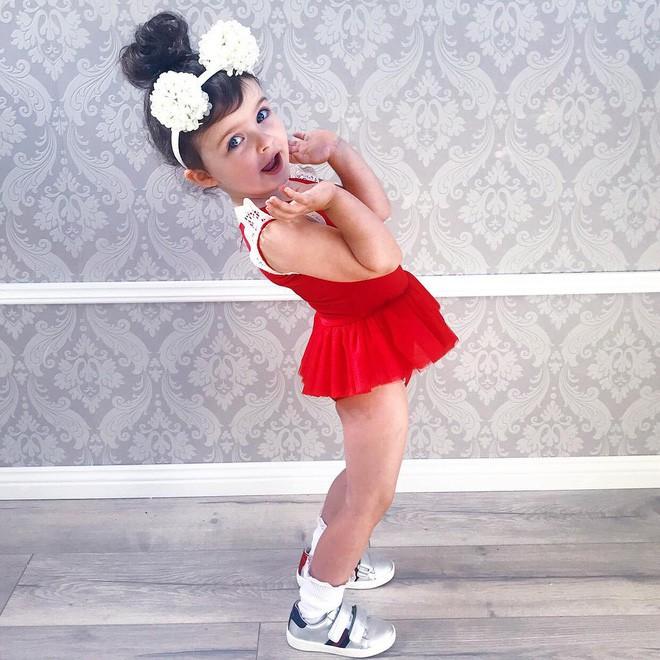 Cuộc sống xa xỉ của bé gái đẹp tựa thiên thần với tủ đồ hiệu mà mọi người lớn phải mơ ước - Ảnh 8.