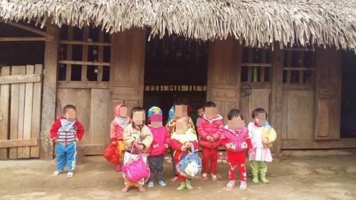 Buốt lòng nhìn cảnh trẻ em vùng cao không đủ quần áo trong cái lạnh tái tê - Ảnh 8.