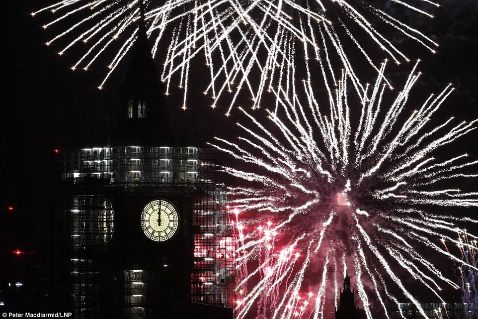 Chùm ảnh: Năm mới 2018 hân hoan trên toàn châu Âu, bầu trời London, Paris ngập tràn pháo hoa rực rỡ - Ảnh 16.