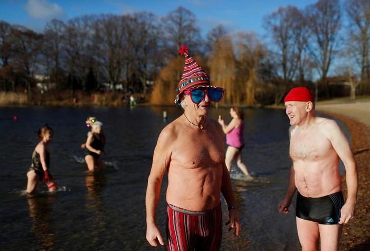 Ảnh: Màn tắm nước lạnh rùng người đầu năm mới ở hàng loạt nước Âu-Mỹ - Ảnh 9.