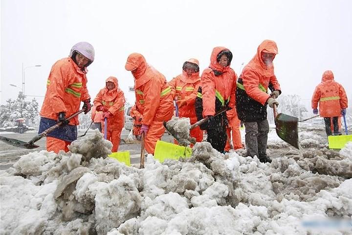 Ảnh: Trung Quốc chống chọi với tuyết lạnh rơi dày cản trở giao thông - Ảnh 10.