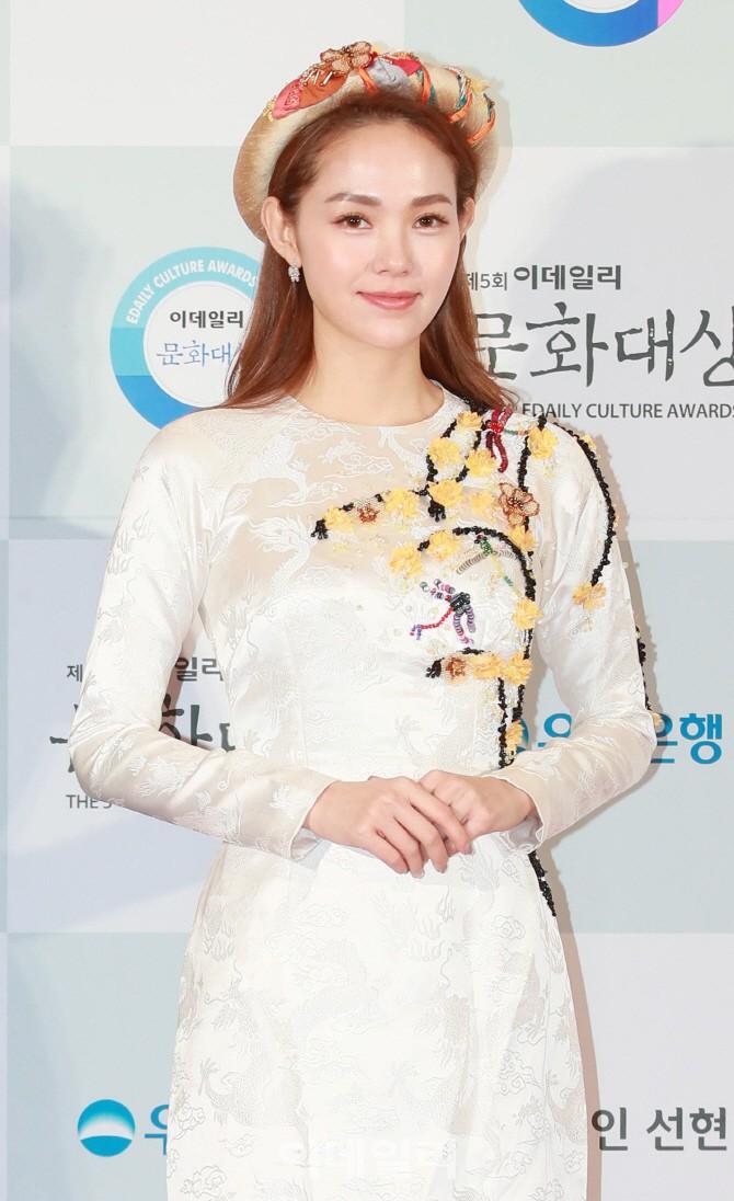 Minh Hằng tự tin diện áo dài, mỹ nhân U30 chiếm hết spotlight vì đẹp như nữ thần bên Wanna One trên thảm đỏ sự kiện tại Hàn - Ảnh 1.