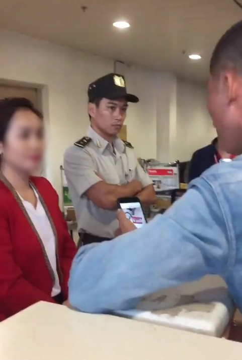 Clip khách nam quát mắng, xông vào nữ nhân viên ở sân bay vì cho rằng bị bắt xếp hàng nên check-in muộn, Vietjet nói gì? - Ảnh 3.