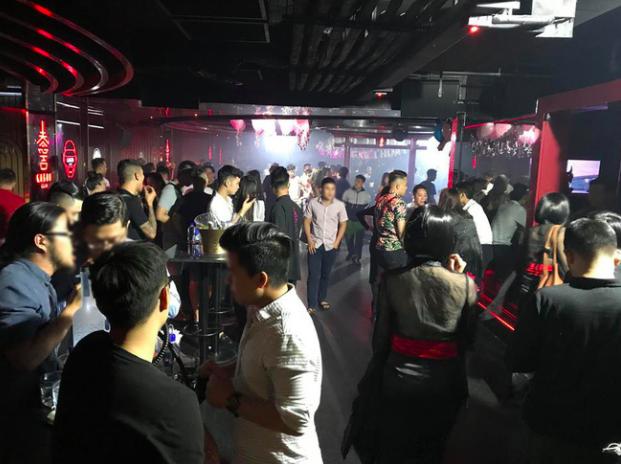Phát hiện hàng trăm nam nữ dân chơi hút bóng cười, shisha trong quán bar ở trung tâm Sài Gòn - Ảnh 1.