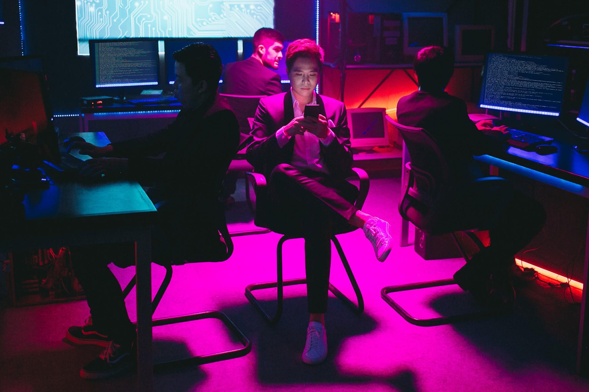 Trịnh Thăng Bình lột xác làm hacker chất ngầu, hé lộ cảnh bị bắn đầy bí ẩn trong teaser MV mới - Ảnh 7.