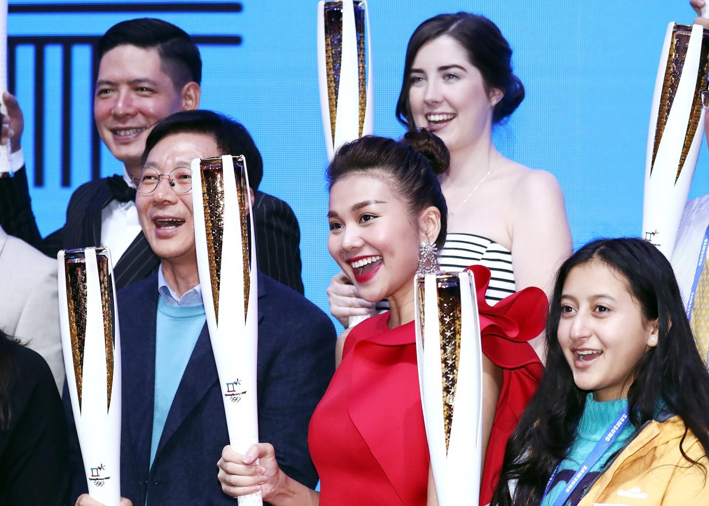 Mặc trời lạnh -18 độ, Thanh Hằng vẫn diện đầm ngắn, rạng rỡ khoe sắc tại lễ nhận đuốc của Olympic - Ảnh 1.