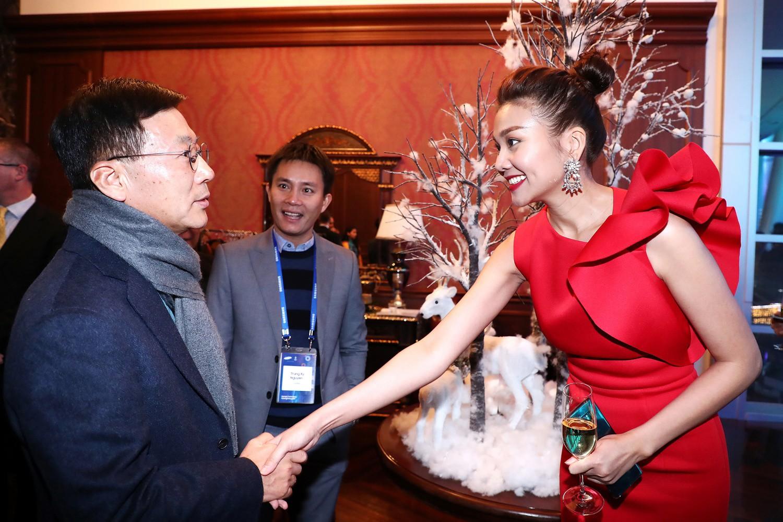 Mặc trời lạnh -18 độ, Thanh Hằng vẫn diện đầm ngắn, rạng rỡ khoe sắc tại lễ nhận đuốc của Olympic - Ảnh 6.