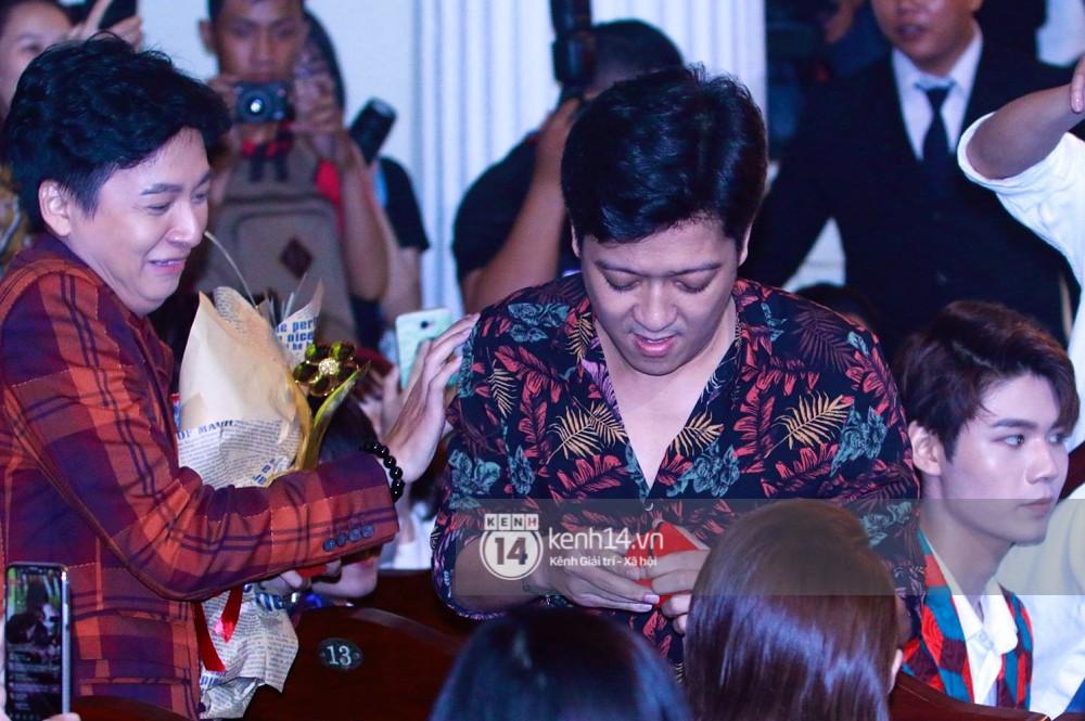 HOT: Trường Giang bất ngờ cầu hôn Nhã Phương ngay tại lễ trao giải Mai Vàng trước hàng nghìn khán giả - Ảnh 4.