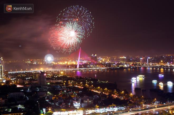 Đà Nẵng bắn pháo hoa rực trời kỷ niệm 22 năm ngày thành lập, người dân đội mưa lạnh đứng xem - Ảnh 6.