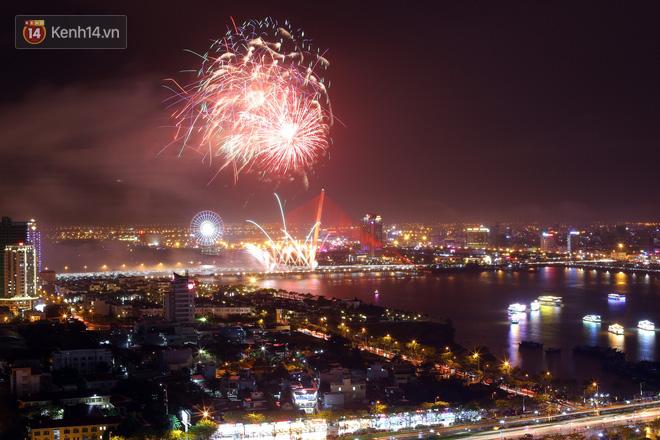Đà Nẵng bắn pháo hoa rực trời kỷ niệm 22 năm ngày thành lập, người dân đội mưa lạnh đứng xem - Ảnh 2.