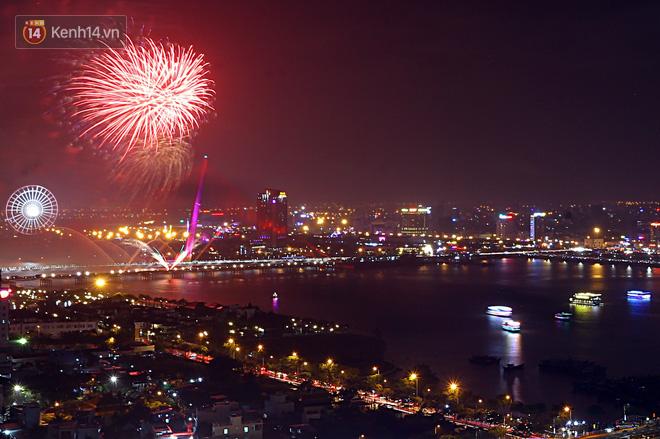 Đà Nẵng bắn pháo hoa rực trời kỷ niệm 22 năm ngày thành lập, người dân đội mưa lạnh đứng xem - Ảnh 12.