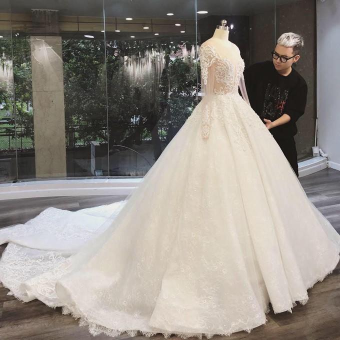 Hoa khôi báo chí lên xe hoa vào ngày đầu năm mới, diện chiếc váy đính 10.000 hạt pha lê cao cấp - Ảnh 8.
