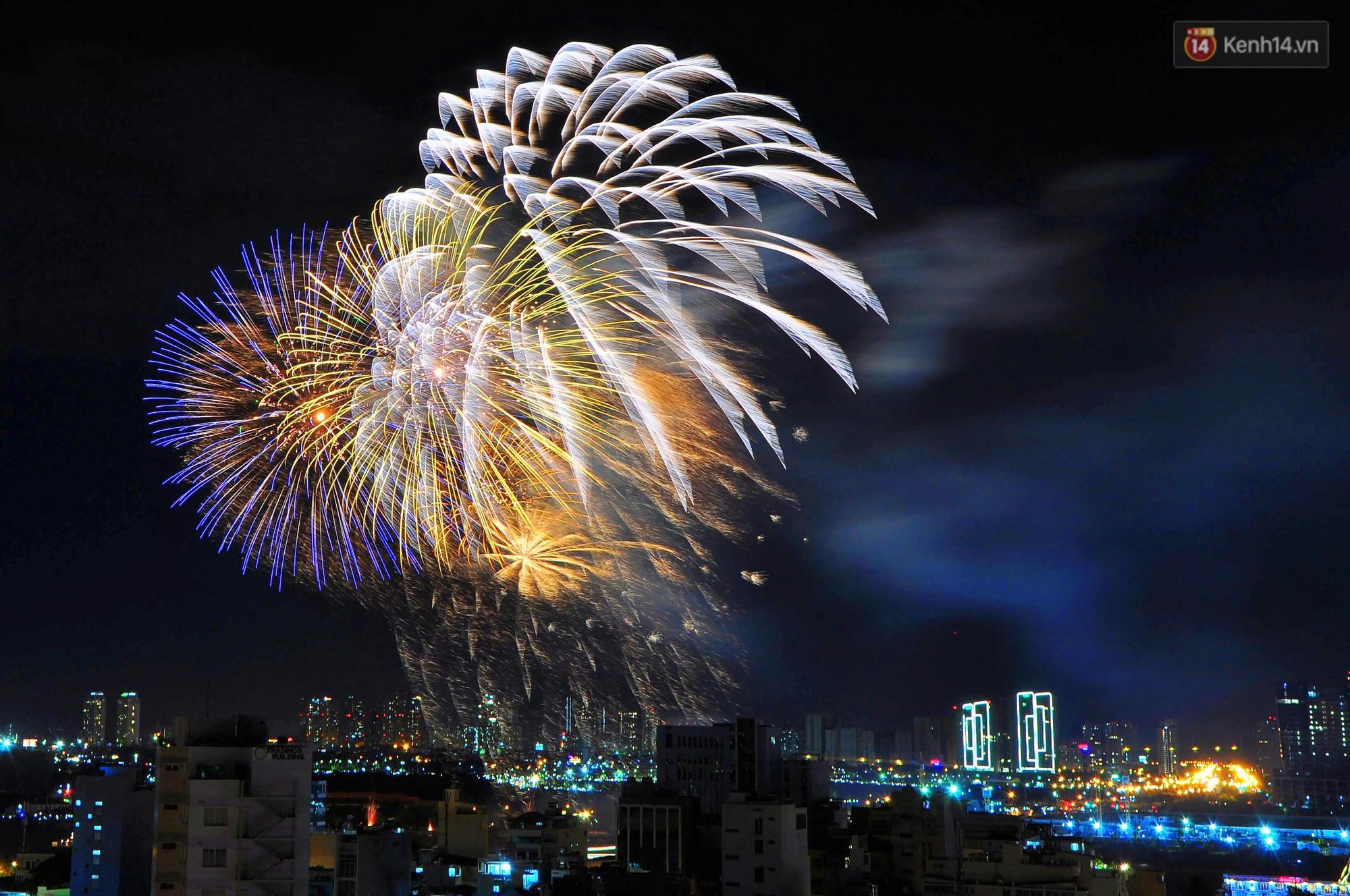 Pháo hoa đầy màu sắc sáng rực trời đêm, Sài Gòn hân hoan đón chào năm mới 2019 - Ảnh 5.