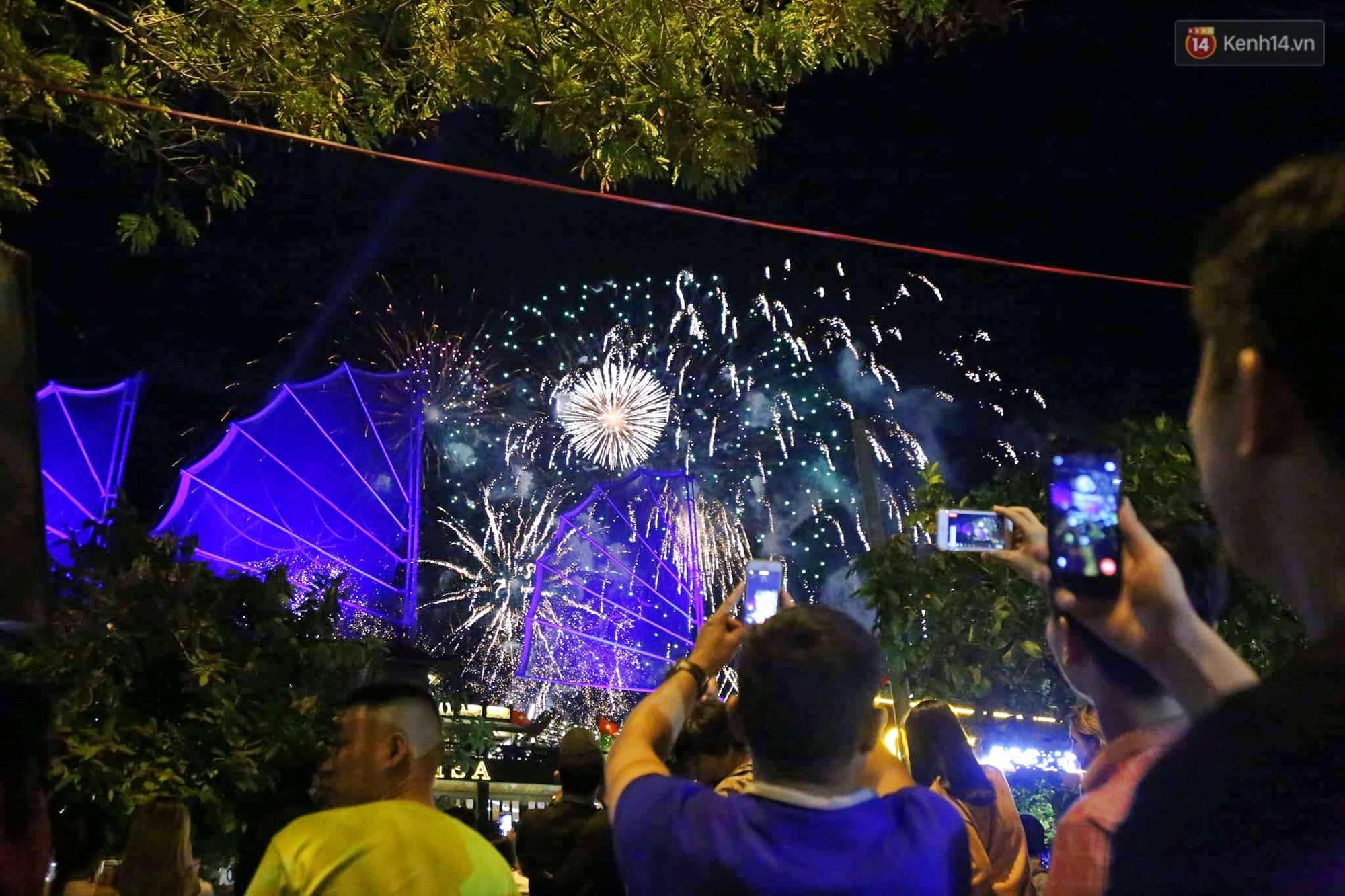 Pháo hoa đầy màu sắc sáng rực trời đêm, Sài Gòn hân hoan đón chào năm mới 2019 - Ảnh 6.