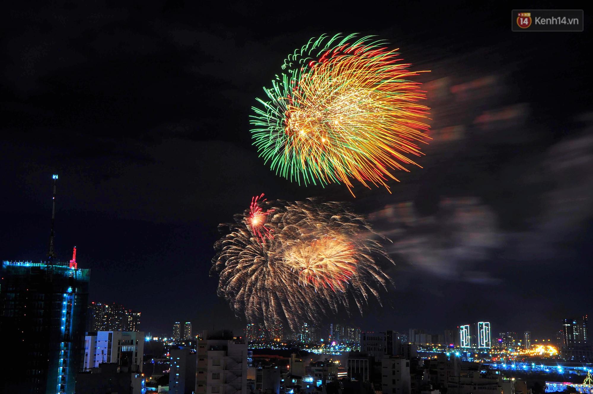 Pháo hoa đầy màu sắc sáng rực trời đêm, Sài Gòn hân hoan đón chào năm mới 2019 - Ảnh 4.