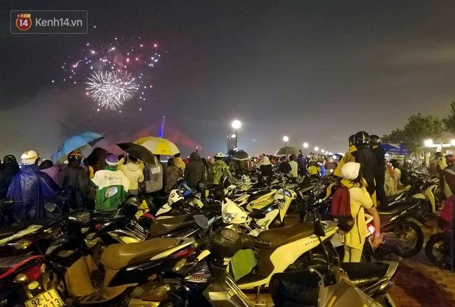 Đà Nẵng bắn pháo hoa rực trời kỷ niệm 22 năm ngày thành lập, người dân đội mưa lạnh đứng xem - Ảnh 4.