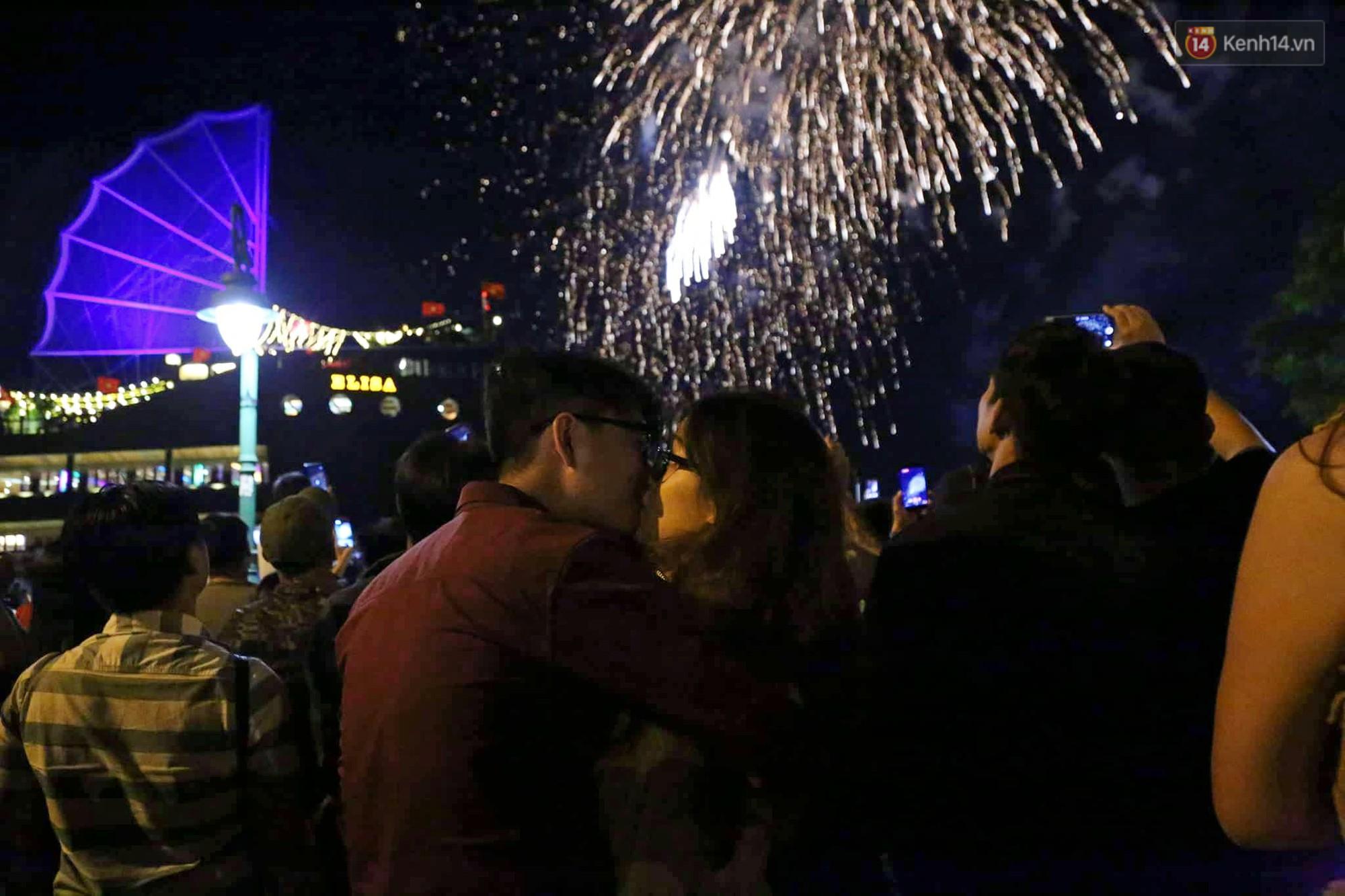 Pháo hoa đầy màu sắc sáng rực trời đêm, Sài Gòn hân hoan đón chào năm mới 2019 - Ảnh 7.