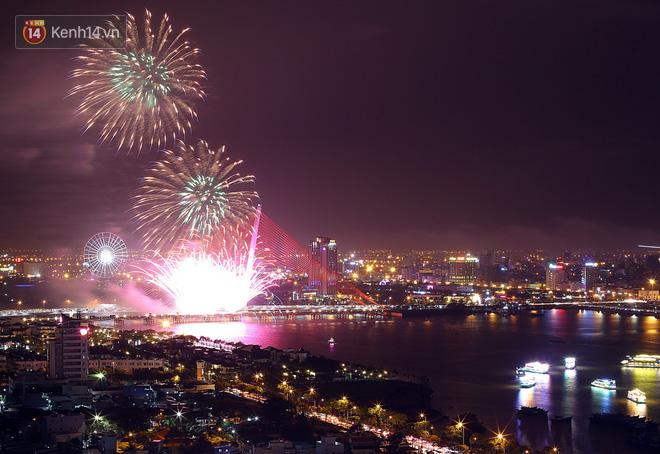 Đà Nẵng bắn pháo hoa rực trời kỷ niệm 22 năm ngày thành lập, người dân đội mưa lạnh đứng xem - Ảnh 8.