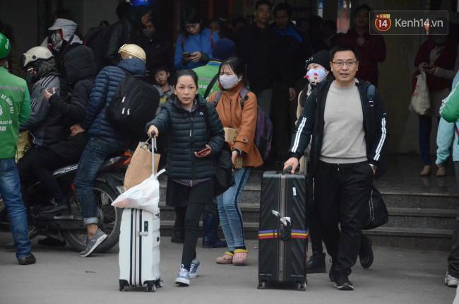 Người dân khăn áo kín mít, tay xách nách mang trở lại Thủ đô sau kỳ nghỉ Tết Dương lịch kéo dài 4 ngày - Ảnh 11.