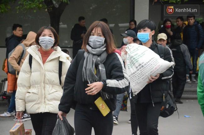 Người dân khăn áo kín mít, tay xách nách mang trở lại Thủ đô sau kỳ nghỉ Tết Dương lịch kéo dài 4 ngày - Ảnh 10.