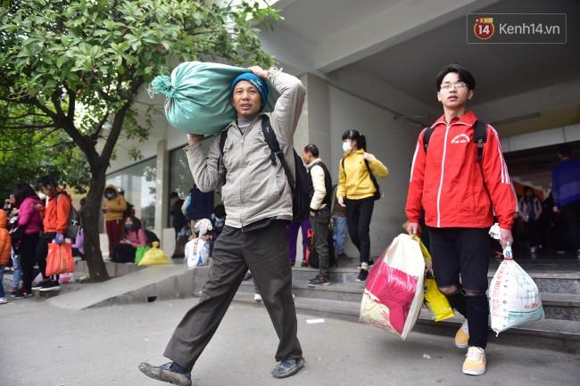 Người dân khăn áo kín mít, tay xách nách mang trở lại Thủ đô sau kỳ nghỉ Tết Dương lịch kéo dài 4 ngày - Ảnh 6.
