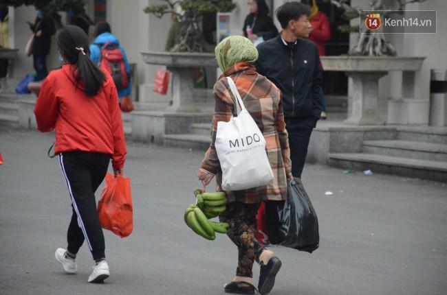 Người dân khăn áo kín mít, tay xách nách mang trở lại Thủ đô sau kỳ nghỉ Tết Dương lịch kéo dài 4 ngày - Ảnh 4.