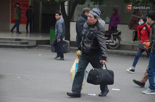 Người dân khăn áo kín mít, tay xách nách mang trở lại Thủ đô sau kỳ nghỉ Tết Dương lịch kéo dài 4 ngày - Ảnh 5.