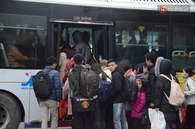 Người dân khăn áo kín mít, tay xách nách mang trở lại Thủ đô sau kỳ nghỉ Tết Dương lịch kéo dài 4 ngày - Ảnh 2.