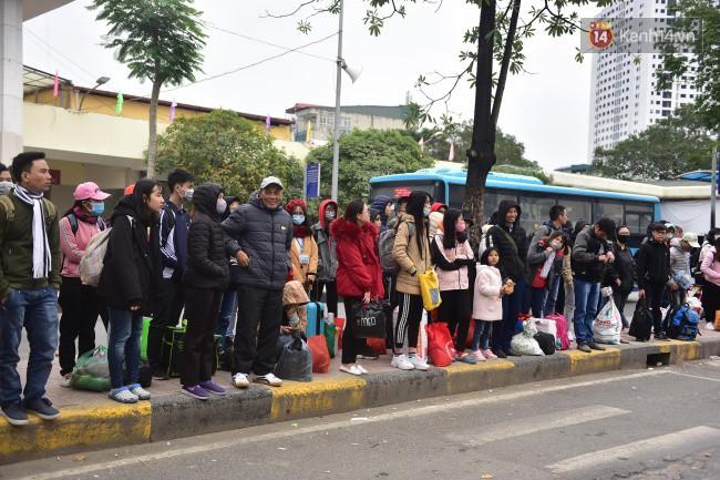 Người dân khăn áo kín mít, tay xách nách mang trở lại Thủ đô sau kỳ nghỉ Tết Dương lịch kéo dài 4 ngày - Ảnh 1.