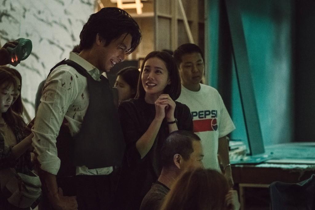 Nhìn Son Ye Jin và Hyun Bin tình tứ, có thái độ đáng ngờ như thế này bảo sao ai cũng thi nhau đẩy thuyền - Ảnh 11.