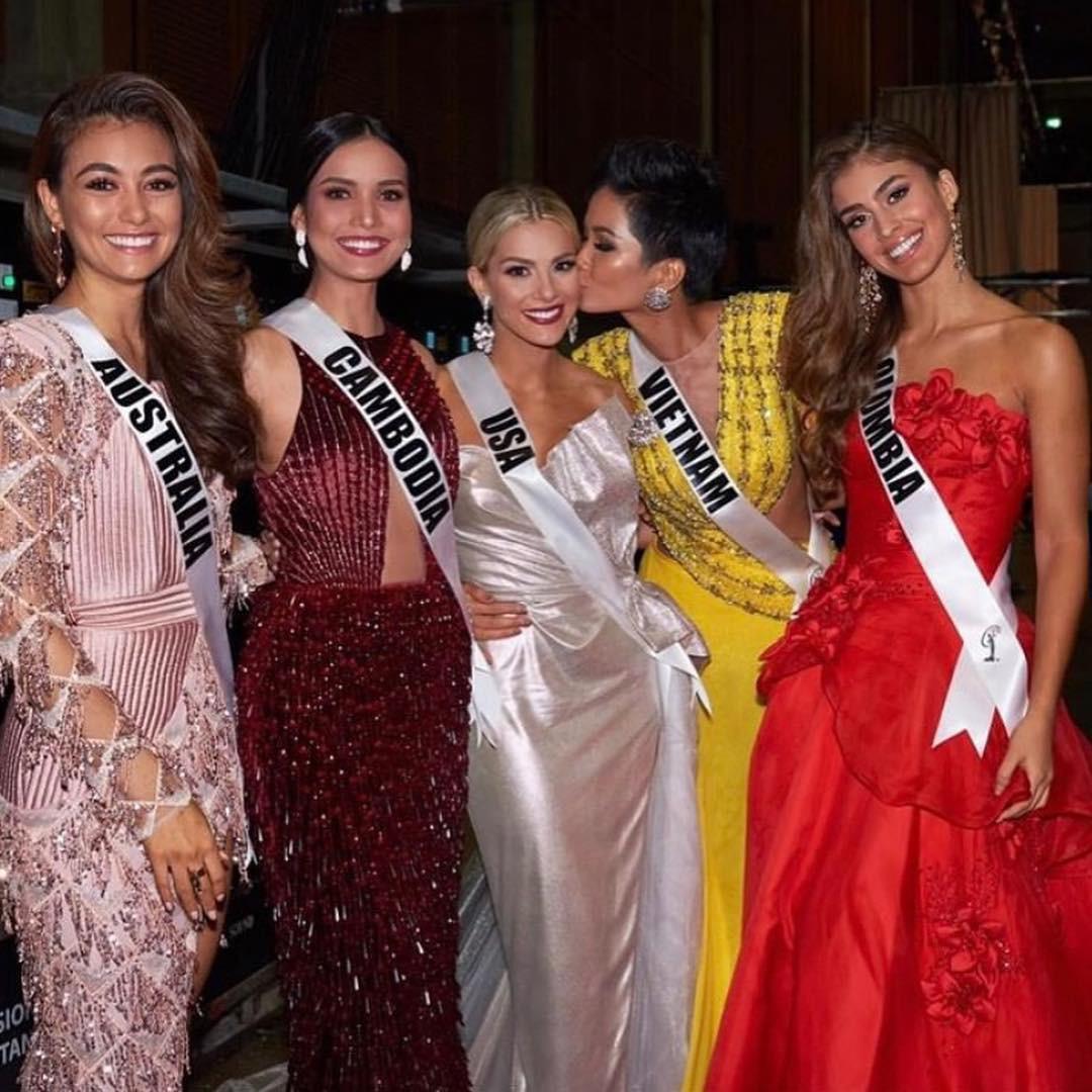 Hoa hậu Mỹ bất ngờ đăng ảnh diện áo cờ đỏ sao vàng, khen ngợi H'Hen Niê sau ồn ào chê bai trình độ tiếng Anh tại Miss Universe 2018 - Ảnh 4.