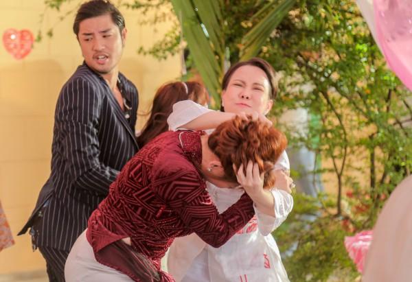 Chết cười với cảnh giật tóc móc mắt ngay đám cưới làng quê giữa Lê Giang và Việt Hương trong Vu Quy Đại Náo - Ảnh 2.