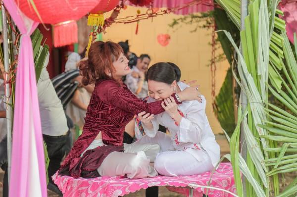 Chết cười với cảnh giật tóc móc mắt ngay đám cưới làng quê giữa Lê Giang và Việt Hương trong Vu Quy Đại Náo - Ảnh 3.