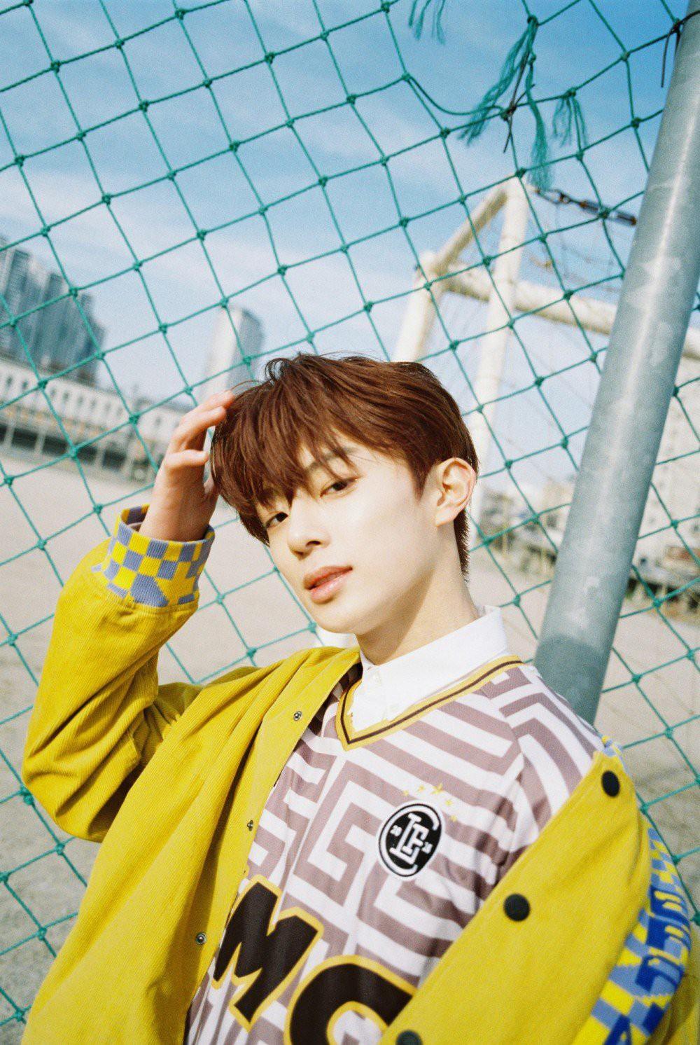 Vừa ra mắt hôm qua, nam idol nổi tiếng sau 1 đêm vì quá đẹp trai nhưng tuổi của anh chàng mới gây hoang mang - Ảnh 4.