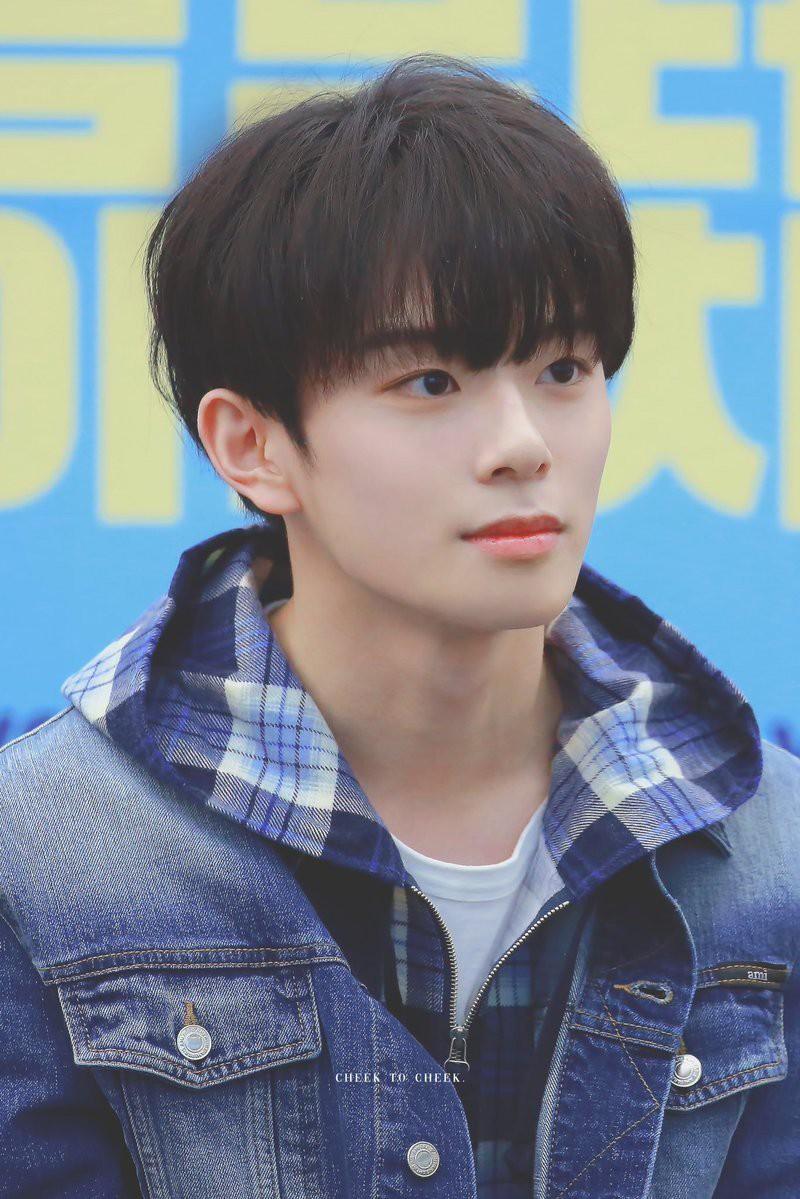 Vừa ra mắt hôm qua, nam idol nổi tiếng sau 1 đêm vì quá đẹp trai nhưng tuổi của anh chàng mới gây hoang mang - Ảnh 1.