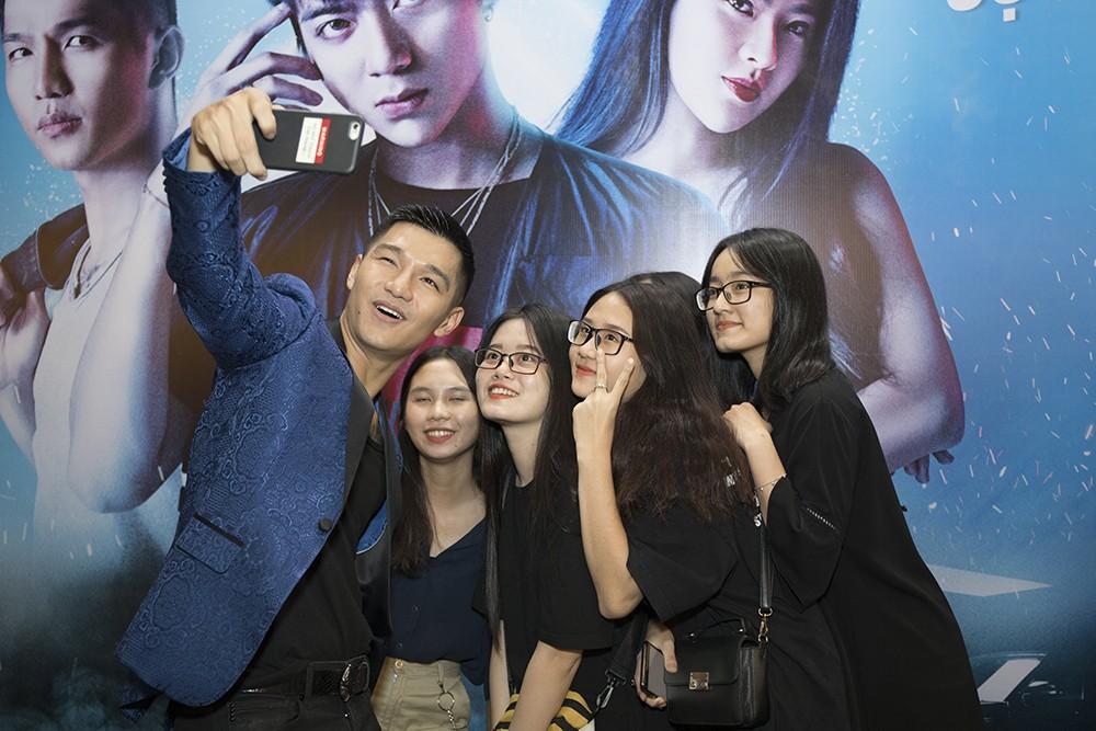 """""""Trai hư"""" Soobin Hoàng Sơn hóa quý ông lịch lãm tại họp báo """"Yolo the Movie"""" - Ảnh 3."""