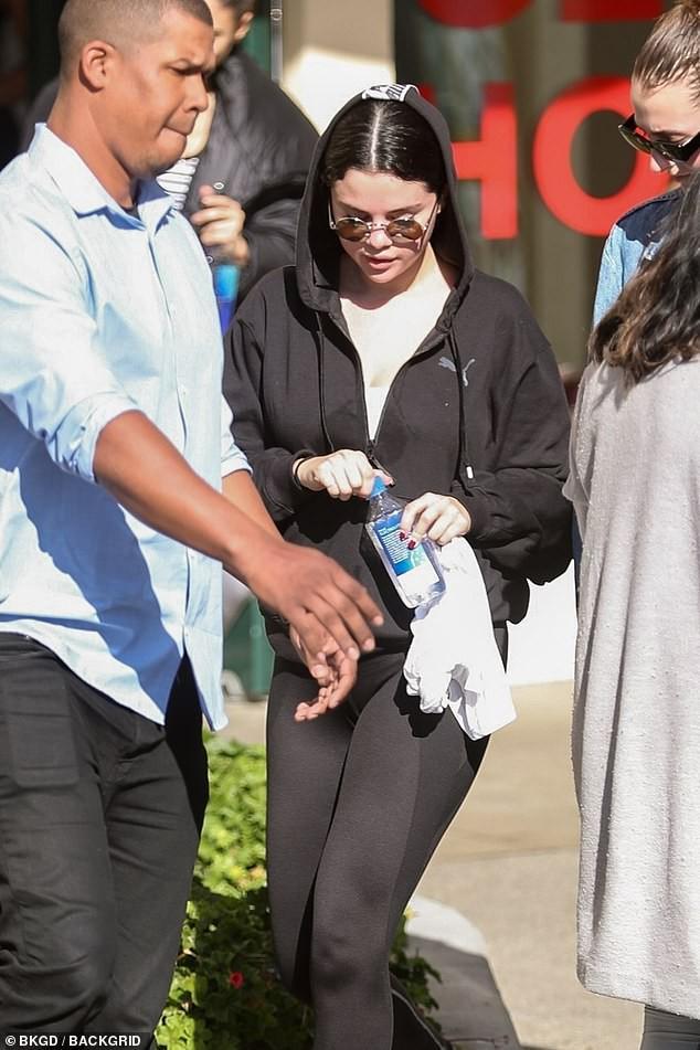 Cần chi Justin Bieber, Selena Gomez đã có trai đẹp body 6 múi ngỏ ý mời đi hẹn hò - Ảnh 4.