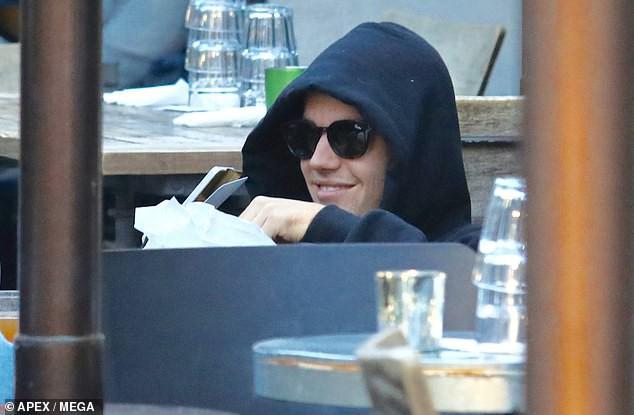Justin Bieber nhăn mặt khó chịu xuất hiện bên Hailey sau khi bất ngờ dời ngày tổ chức đám cưới - Ảnh 6.