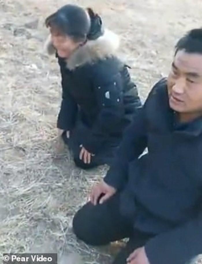 Trung Quốc: Cha mẹ gào khóc trước mộ con gái bị trộm xác làm cô dâu ma - Ảnh 3.
